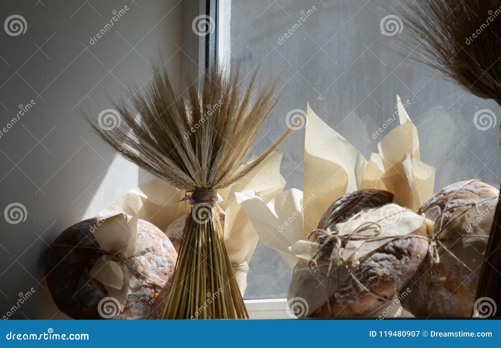 Pão fresco na padaria no amanhecer