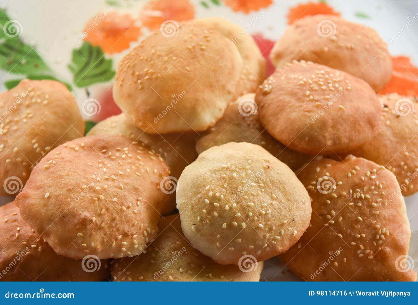 Pão fritado com sésamo