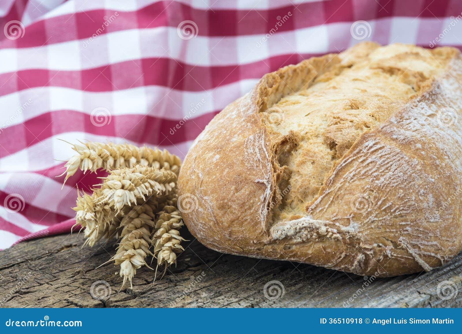 Pão integral em uma placa do cuttig