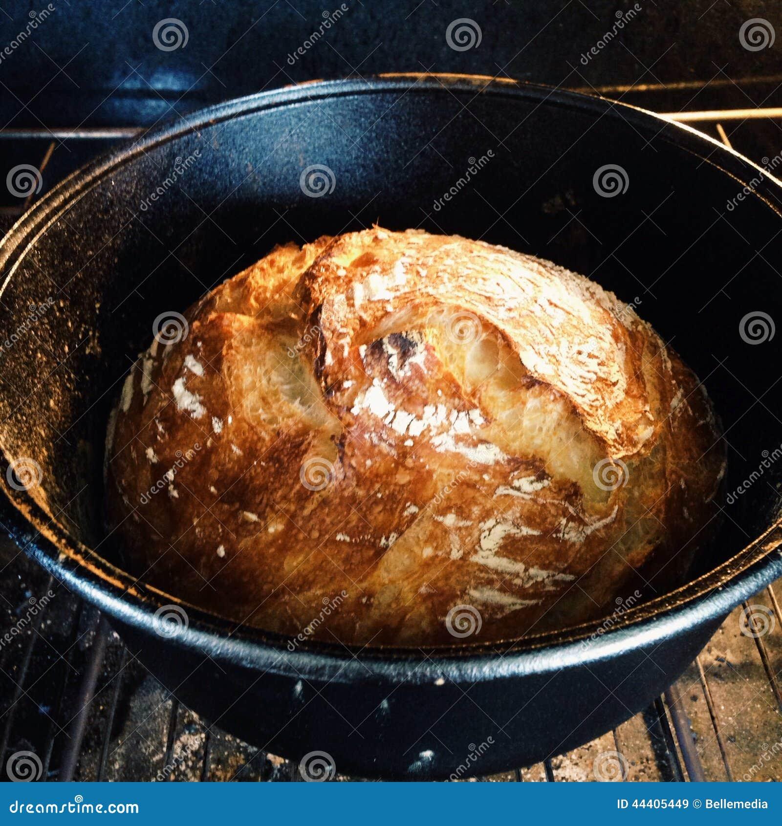 Pão que cozinha em um forno holandês