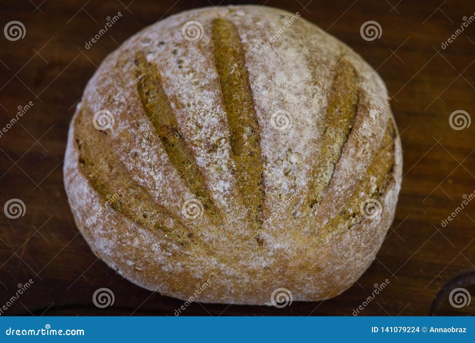 Pão recentemente cozido na obscuridade - mesa de cozinha cinzenta, vista superior