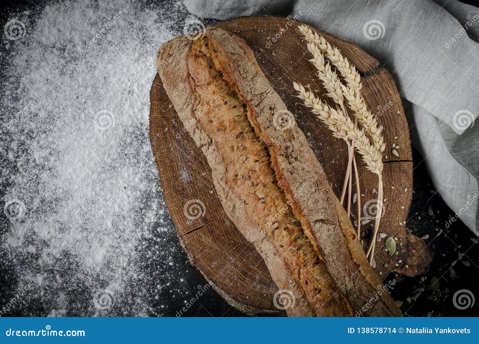 Pão tradicional caseiro recentemente cozido na tabela de madeira rústica