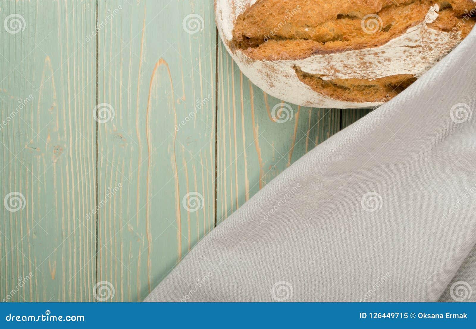 Pão tradicional recentemente cozido no fundo rústico Foto de Stock Royalty Free