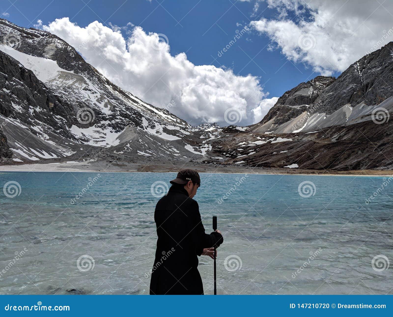 Pärlan mjölkar sjön i Yading