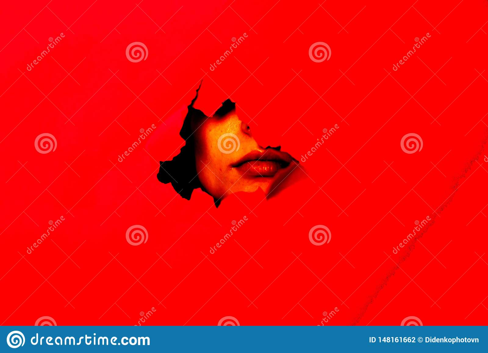 På den röda bakgrunden kan framsidan ses i hålet