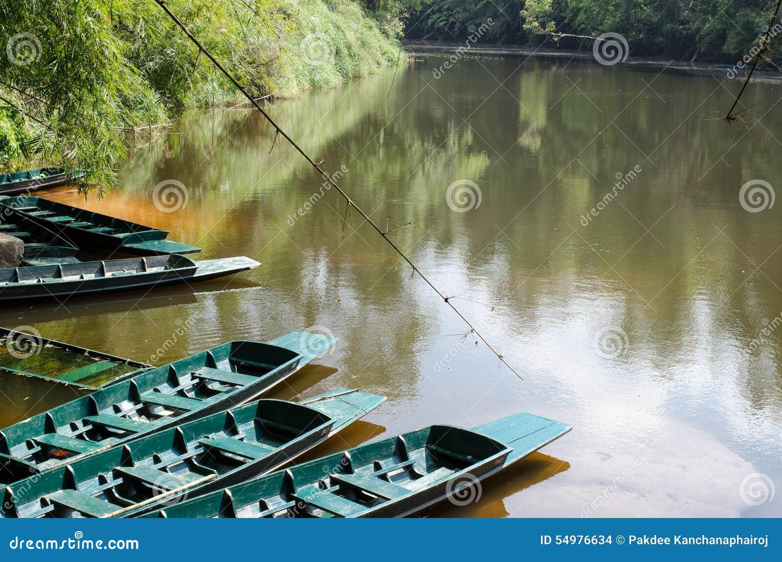 På flodstranden har ett fartyg som väntar för att ta turister för att se freshwat