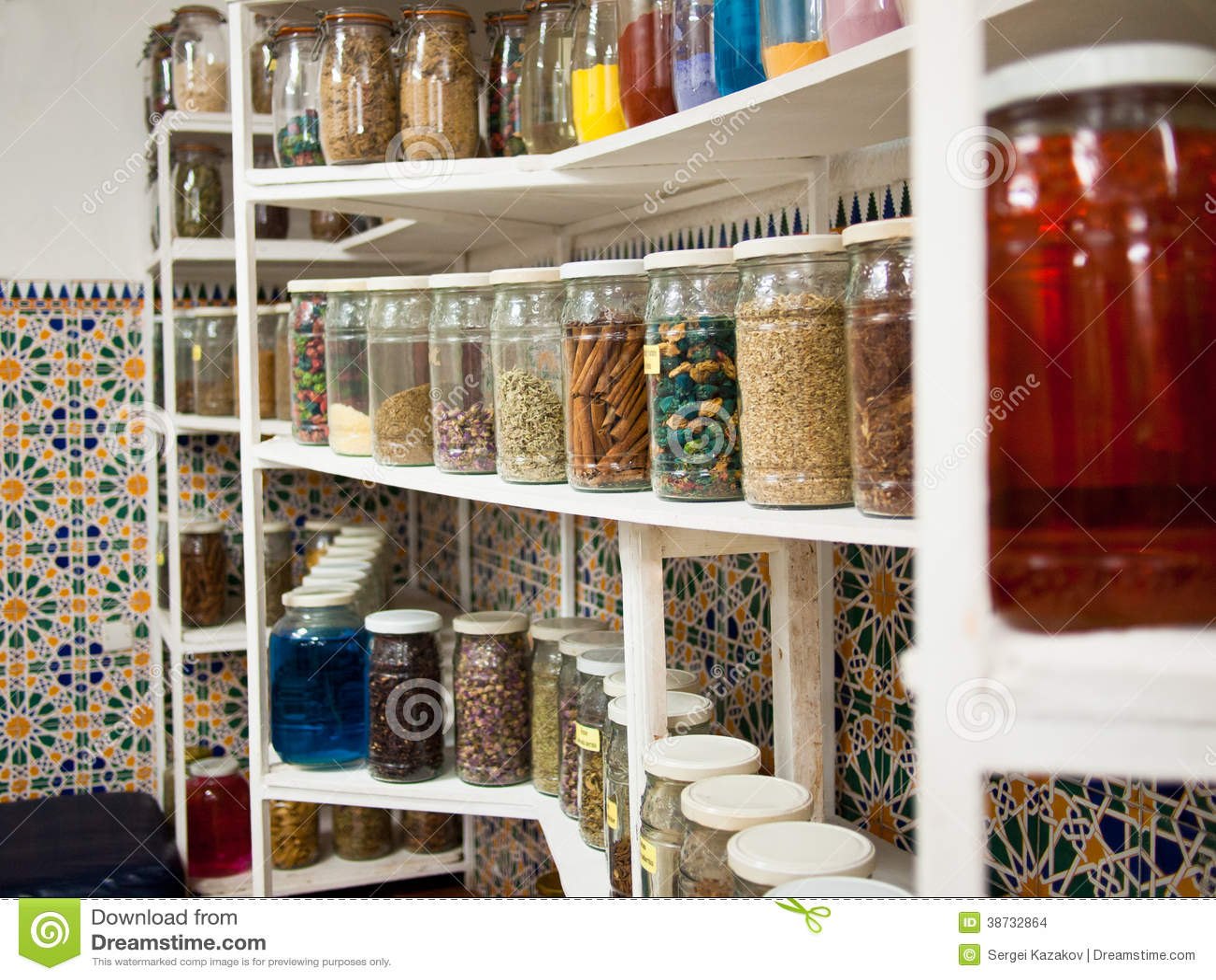 hylla på engelska ~ på hylla är krus med kryddor arkivbilder  bild 38732864