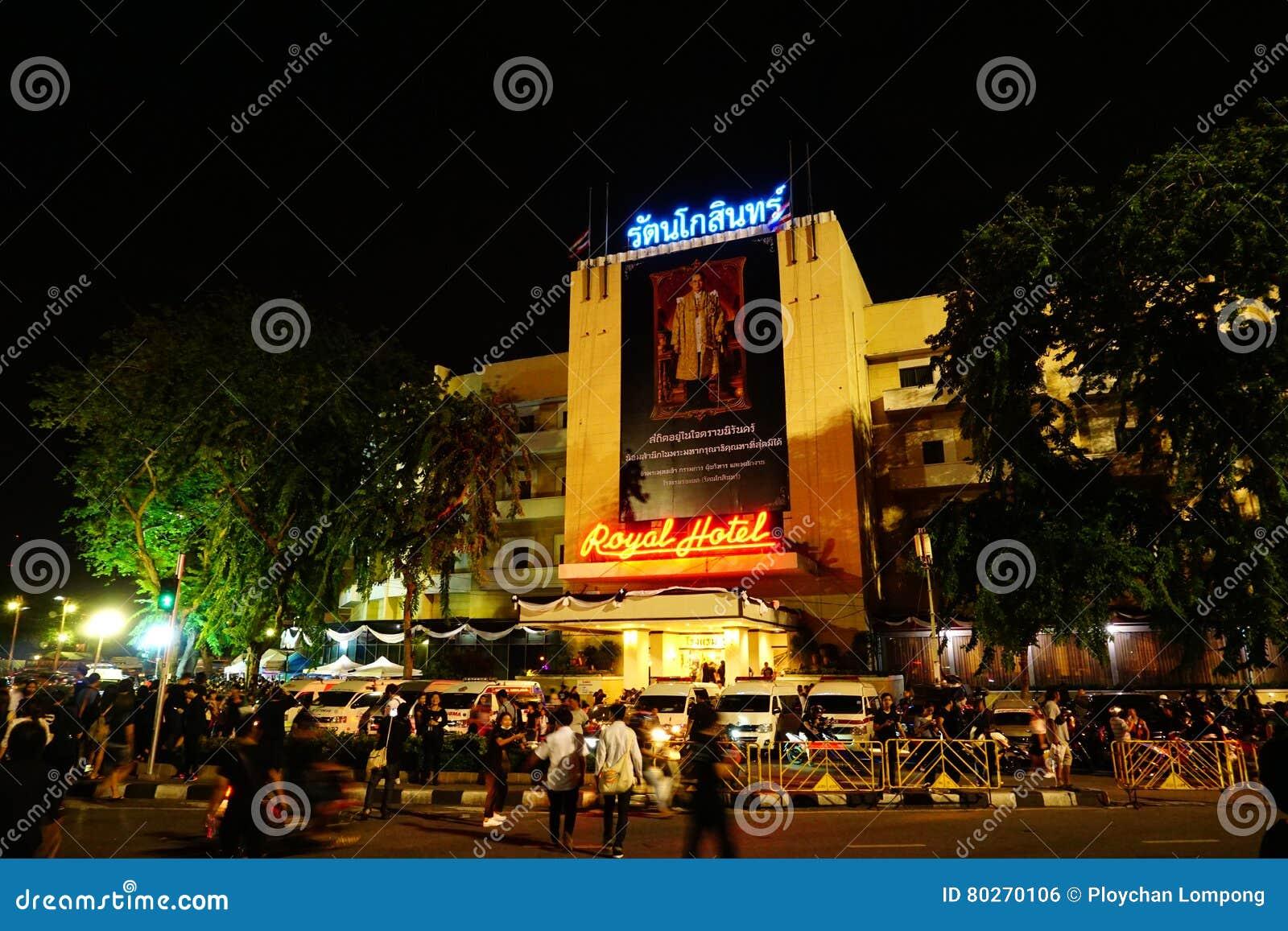 På kunglig svart för thailändskt folk för hotellet iklädd komm att erbjuda beklagande för den sena konungen Bhumibol Adulyadej fö