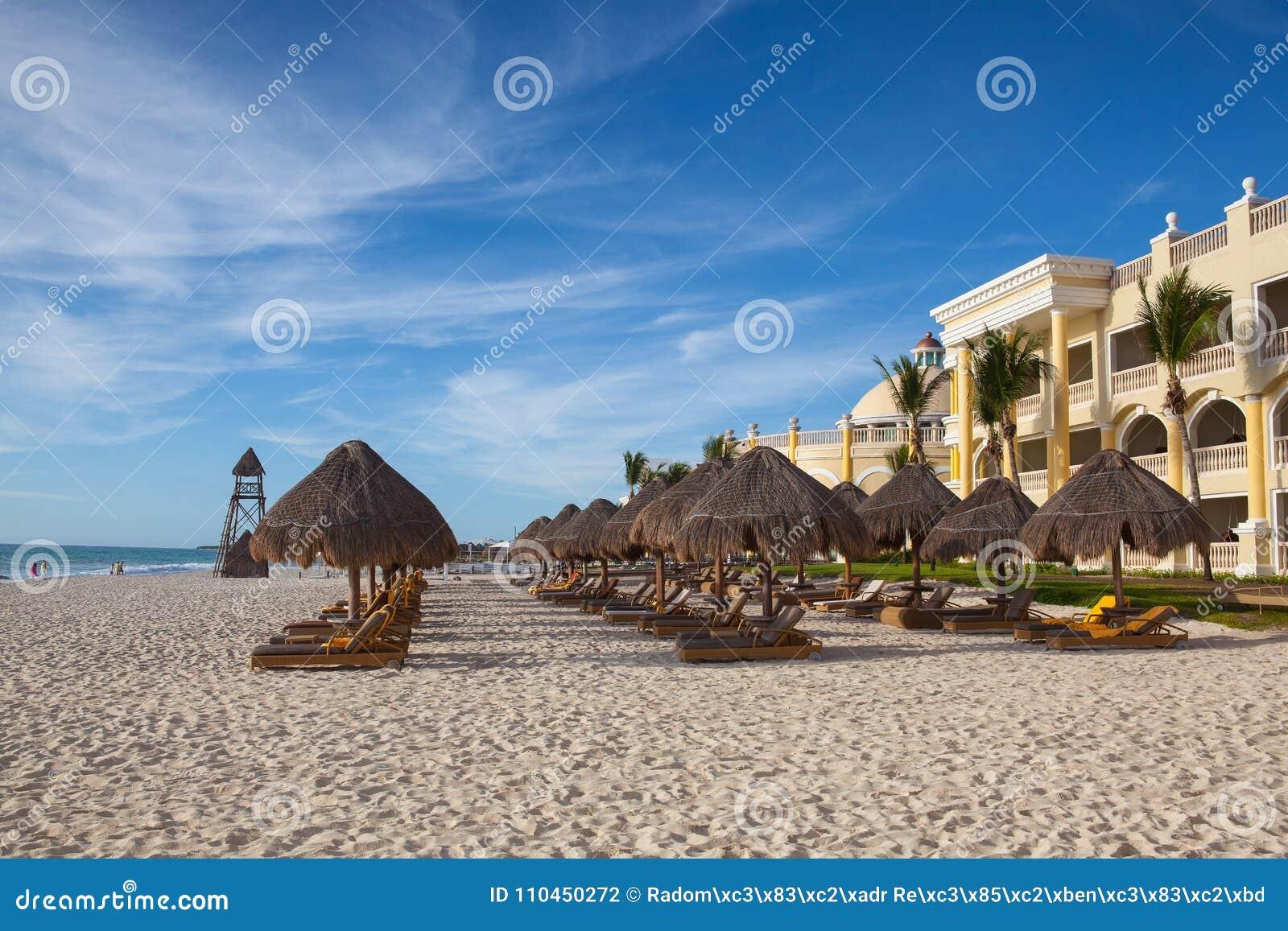 På leken Paraiso på det karibiska havet av Mexico