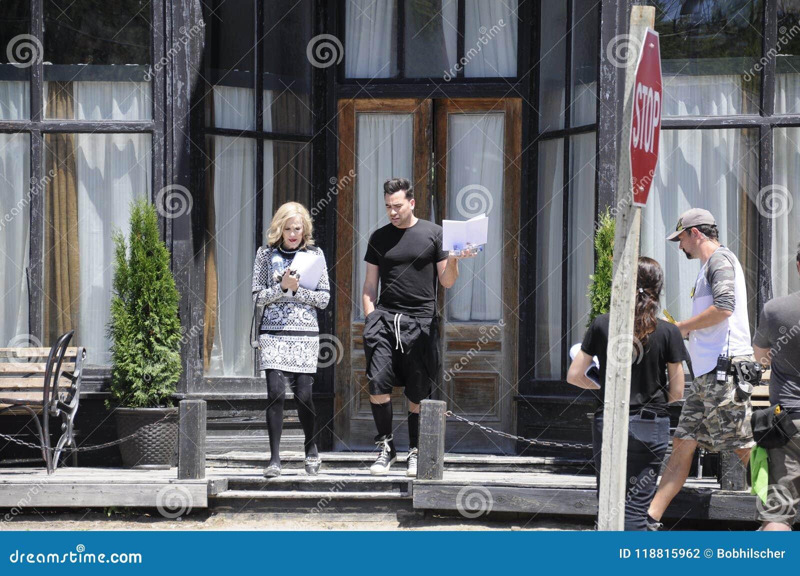 På repetitionen för film för ` för liten vik för läge`-Schitt ` som s presenterar denamerikan aktrins, Catherine nolla-` Hara och