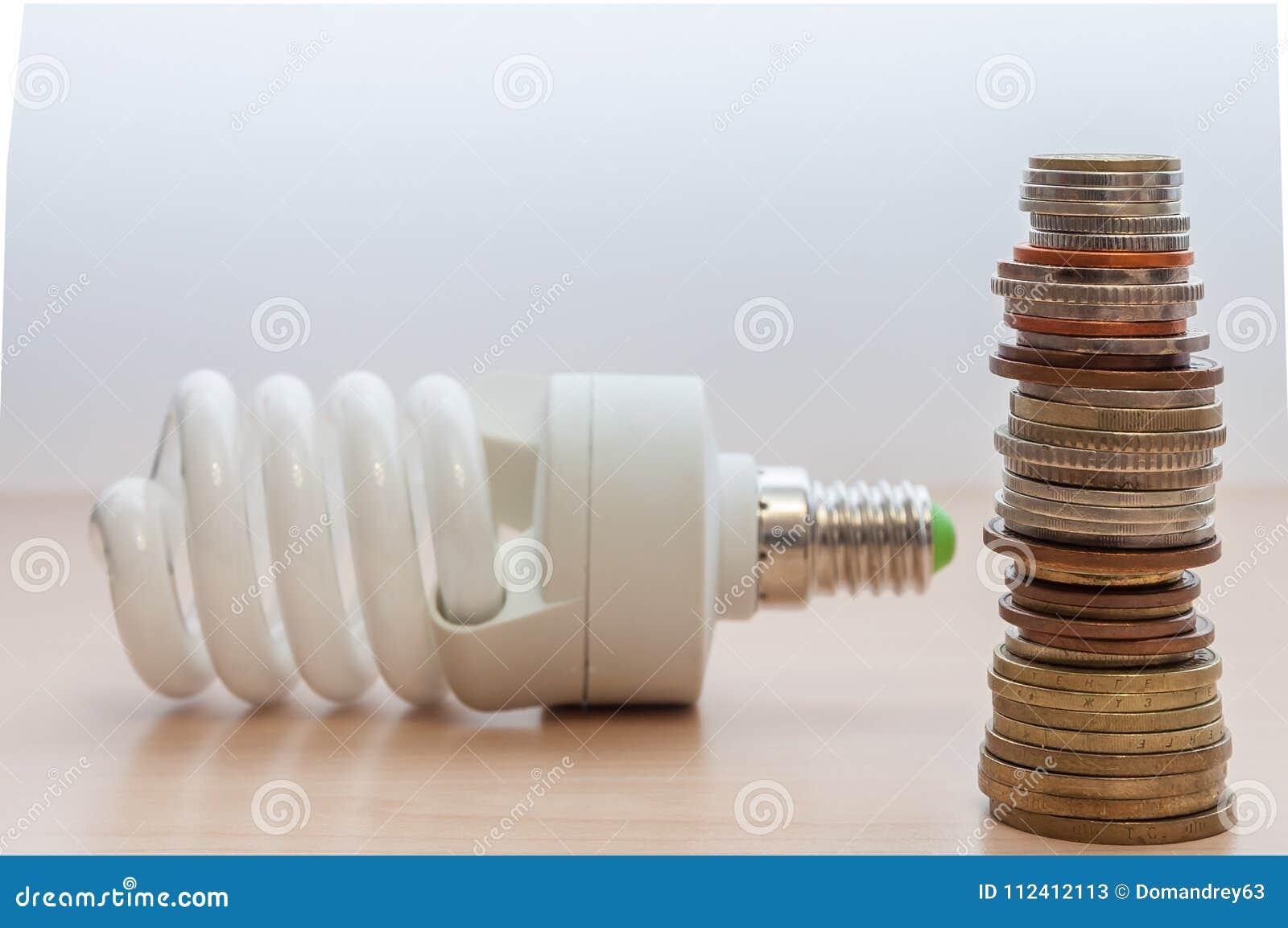 På tabellen är en ljus kula, en bunt av mynt av olika länder och värdighet