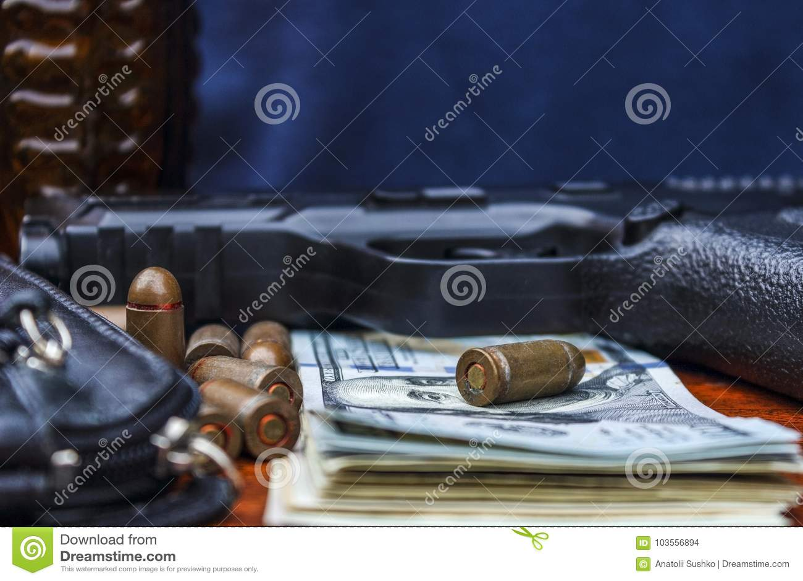 På tabelllögnen en pistol, pengar, ammunition, en handväska