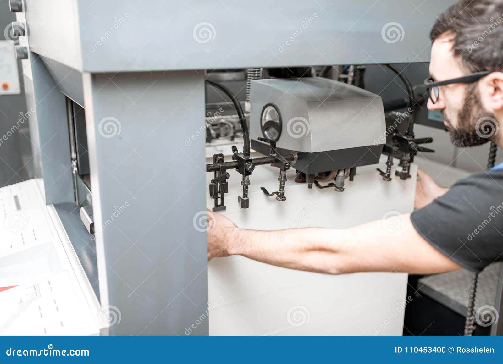 Påfyllning ett papper in i printingmaskinen