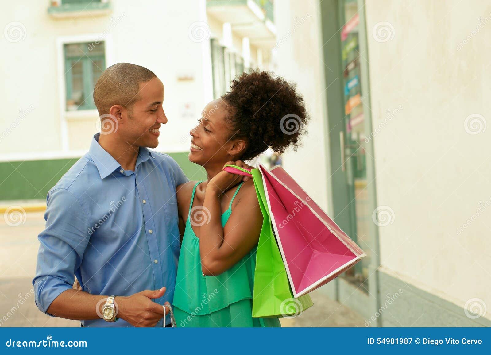 Påsar för shopping för afrikansk amerikanpar bärande i Panama City