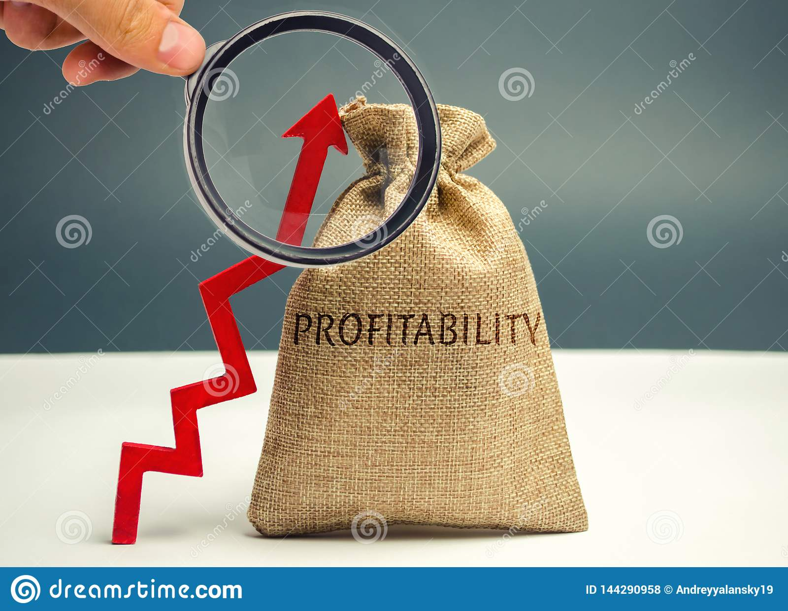 Påse med ordvinsten och en övre pil Hög ekonomisk effektivitet och profitableness Näringslivsutvecklingbedömning _