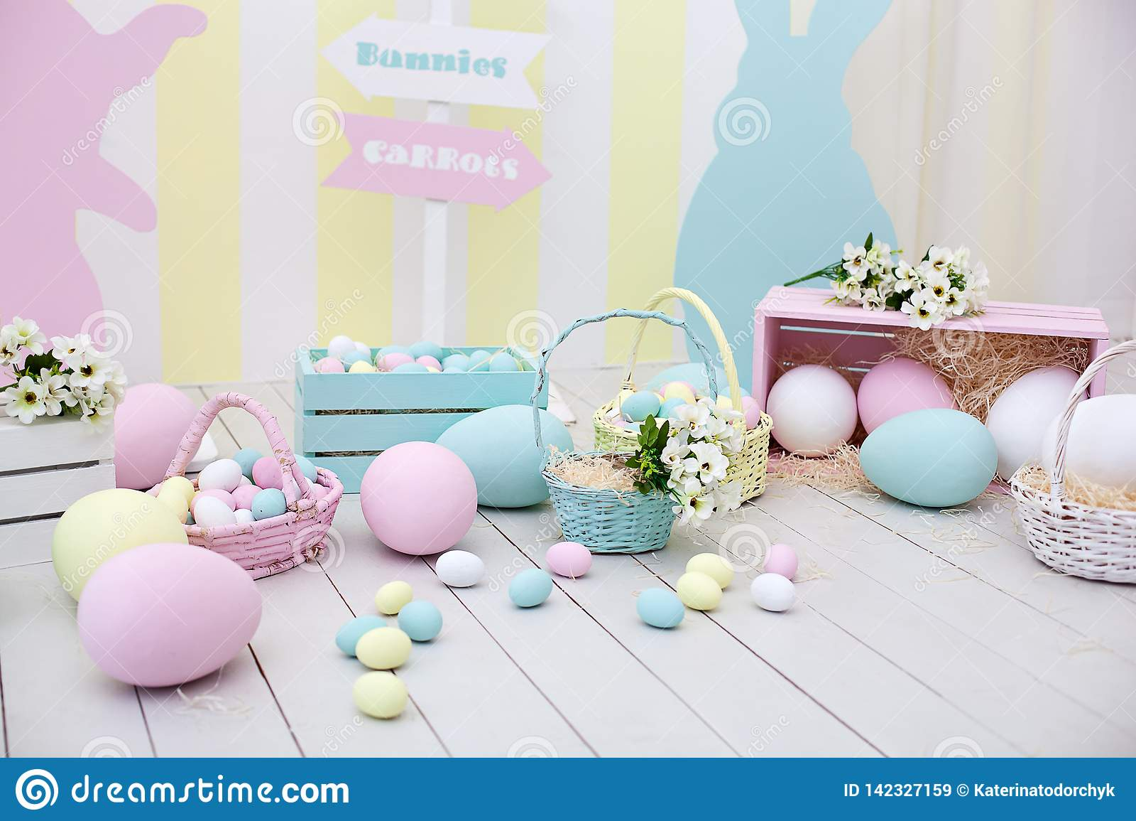 Påsk- och vårdekor Stor mång--färgad ägg och påskkanin