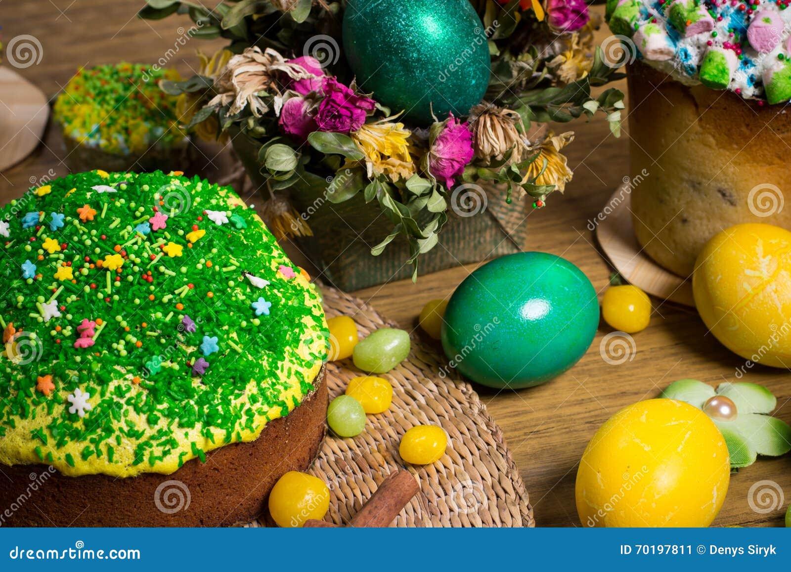Påsk som firar familjmatställen, färgägg, kakor, fruktte, sötsaker