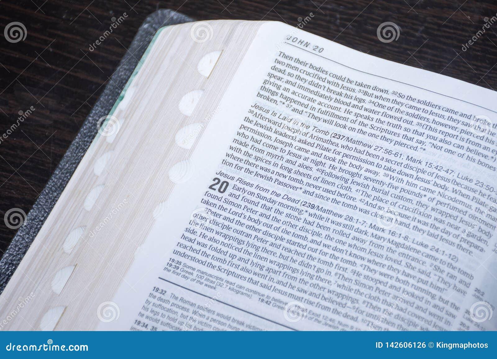 Påskbibelläsning av goda nyheter av uppståndelsen av Jesus Christ från dödaen John kapitel 20