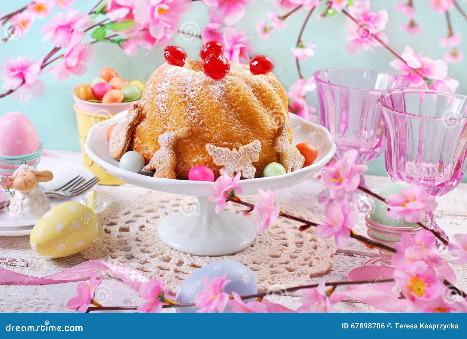 Påskcirkelkaka med körsbärsröd garnering och florsocker