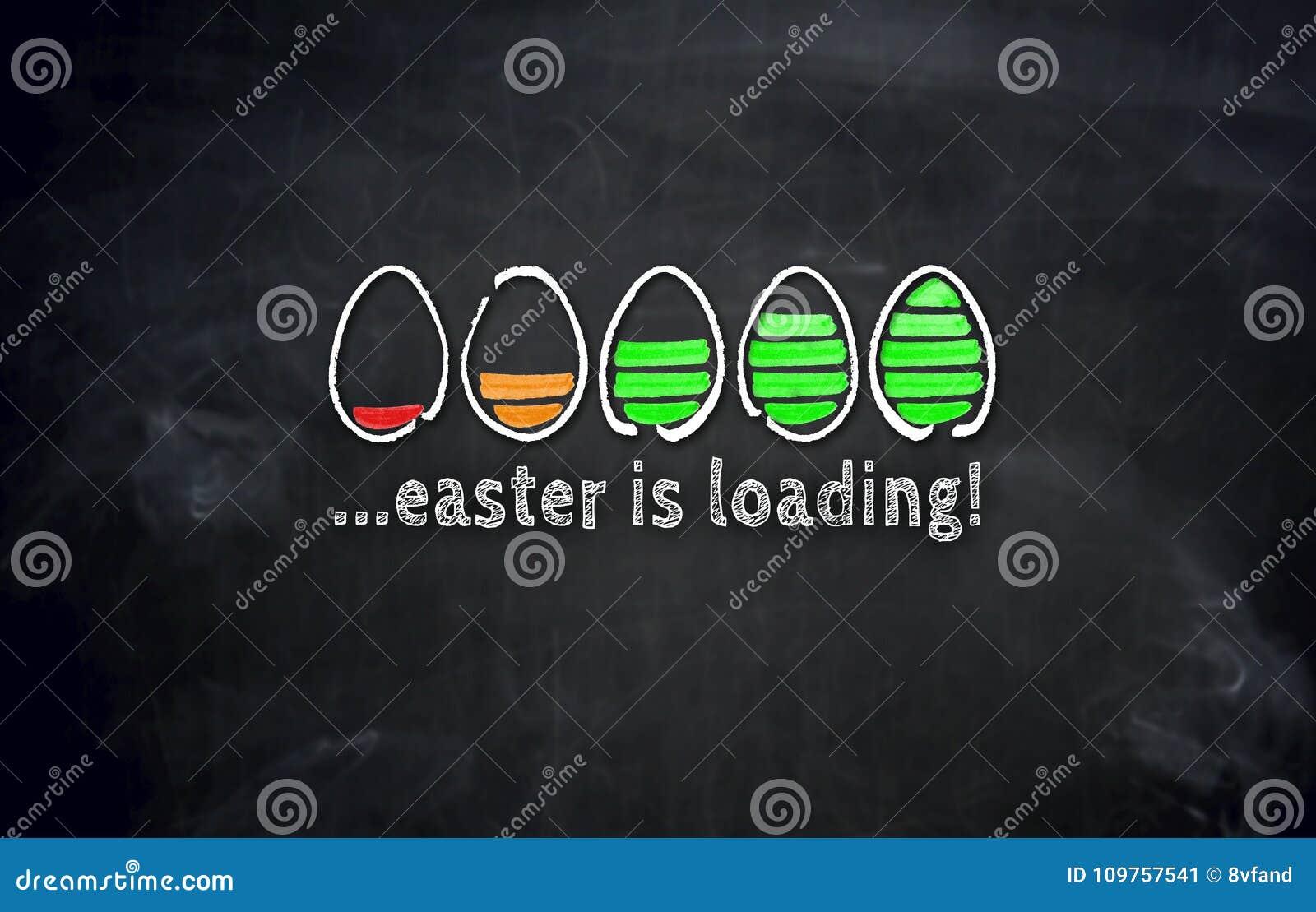 Påsken laddar begrepp med ägg på svart tavla