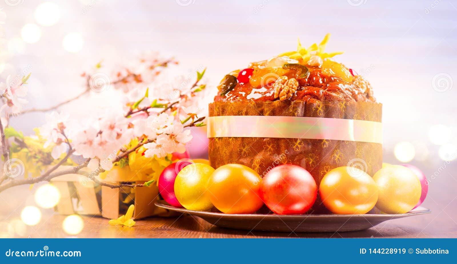 Påskkaka och färgrika målade ägg Traditionell design för gräns för påskferiemat på en vit bakgrund Panetone