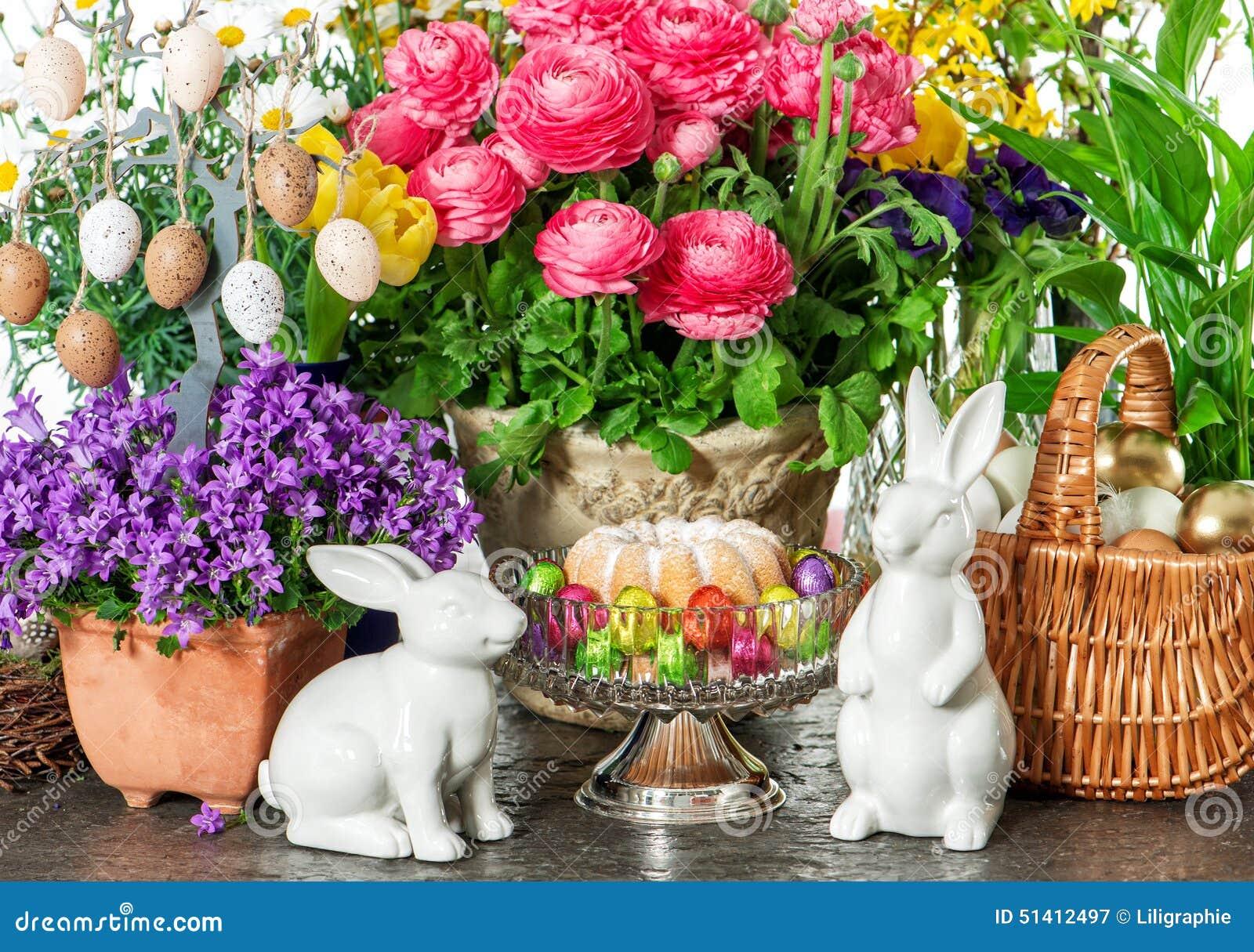 Påskkaka, vårblommor, ägg och kanin Semestrar garnering