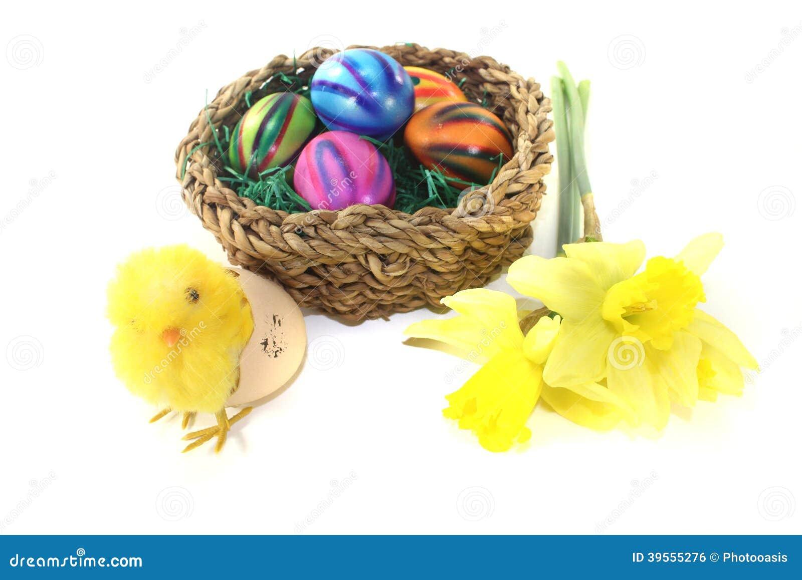 Påskkorg med fågelungen och ägg