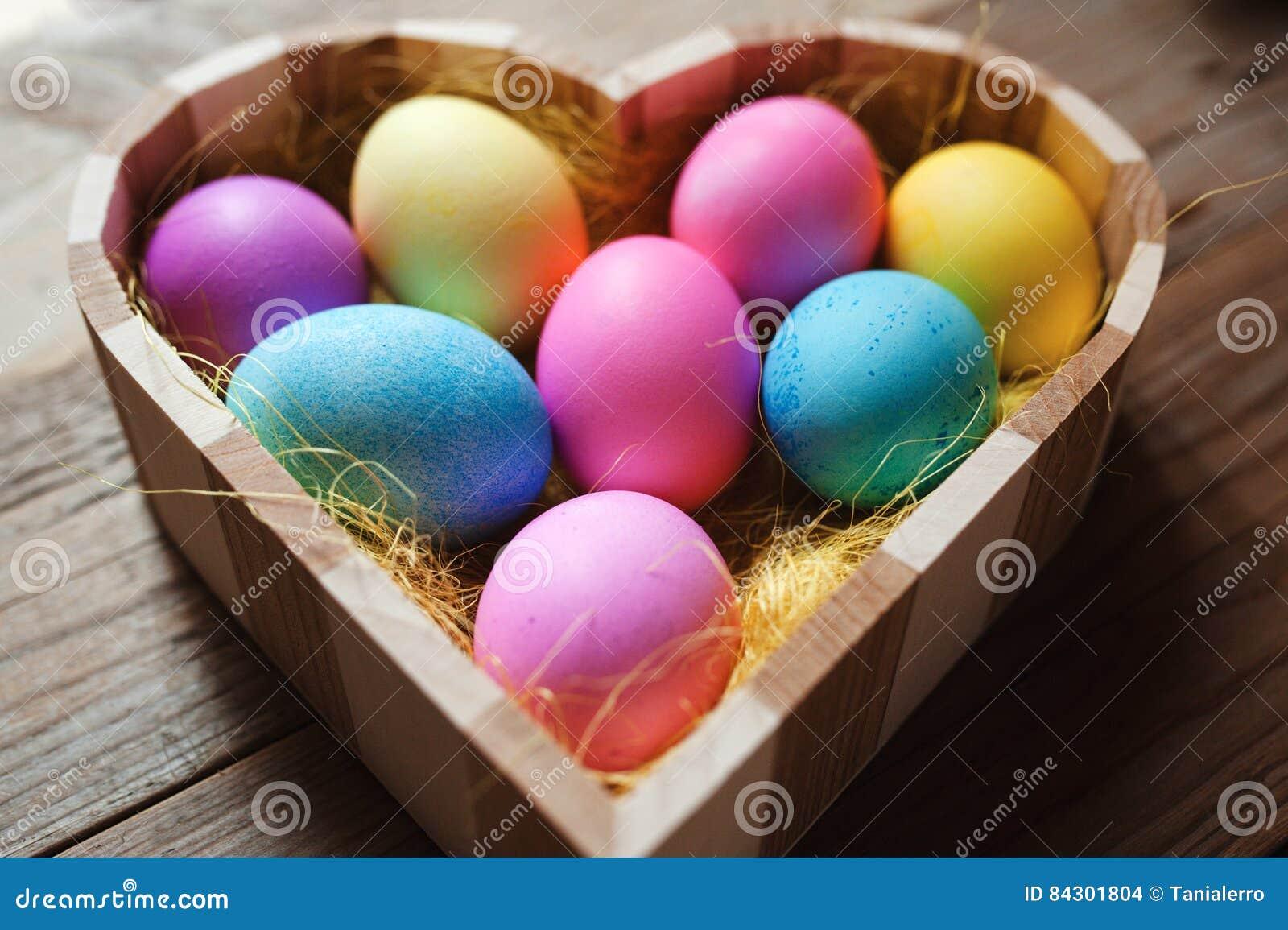 Påsksymbol - hjärta formade bunken mycket av kulöra ägg