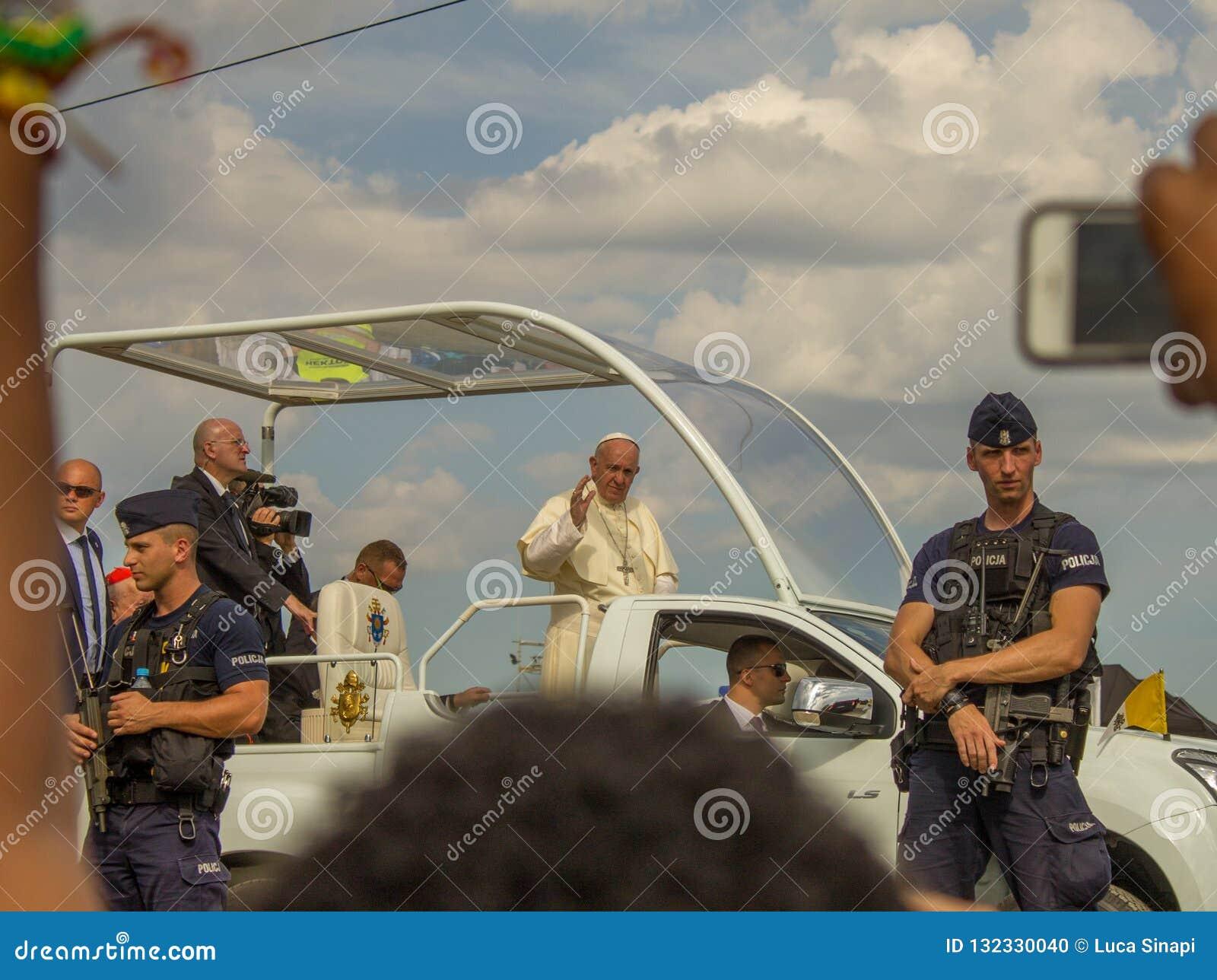 Påve Francis i hans popemobile i Polen i Juli 2016 under GMG