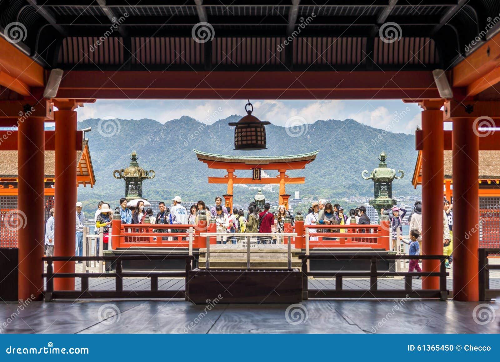 Pèlerins visitant le tombeau d Itsukushima en île de Miyajima, Japon