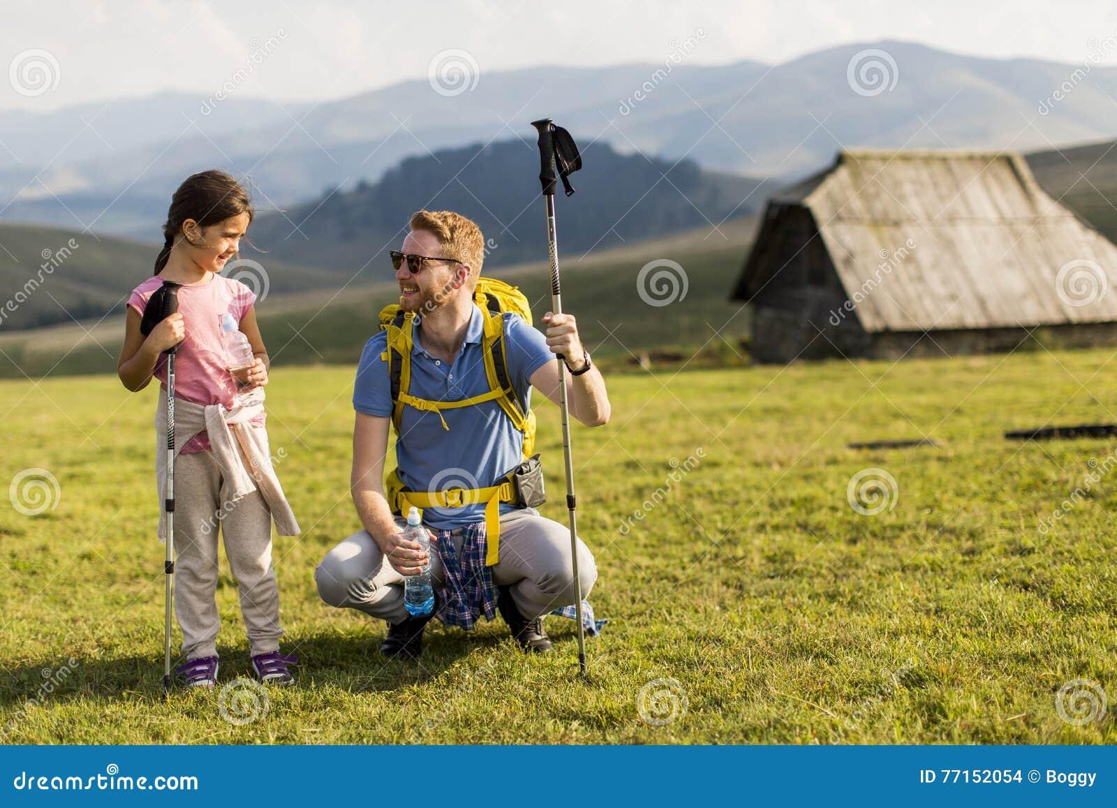Père avec la hausse de fille