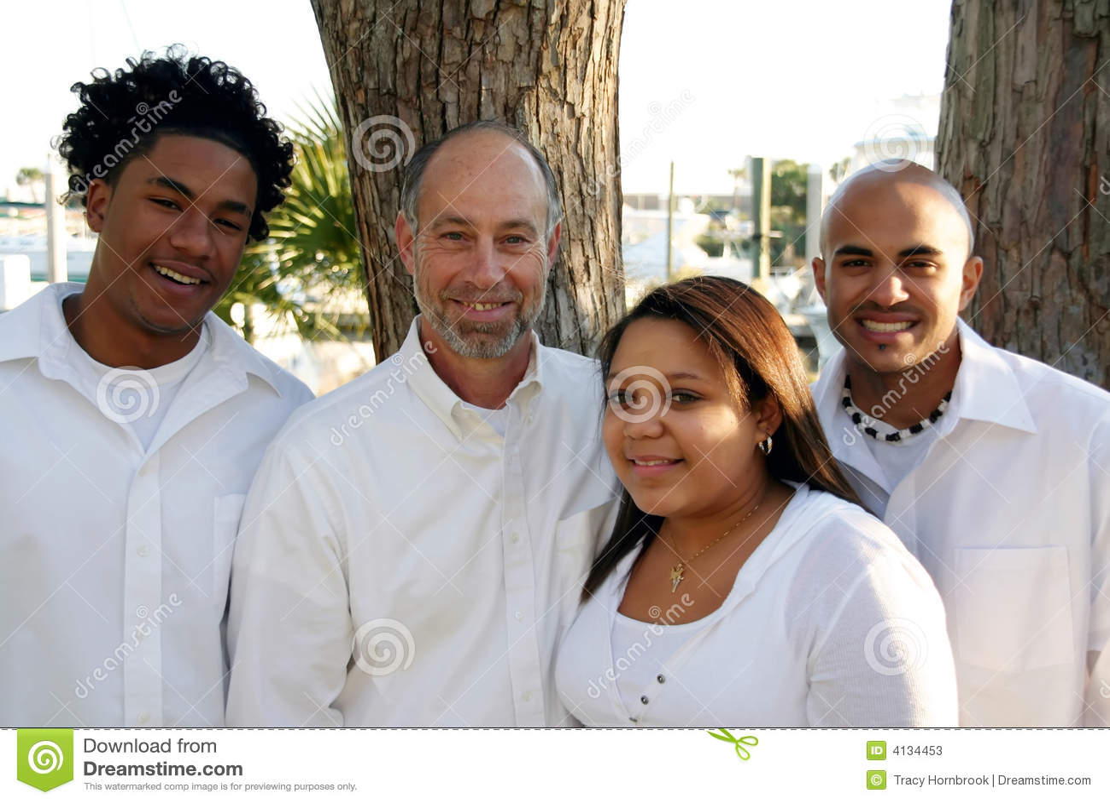 Père avec les enfants adoptés