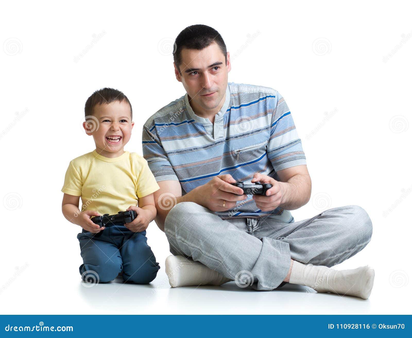 Père beau et son petit fils mignon jouant la console de jeu et sourire d isolement