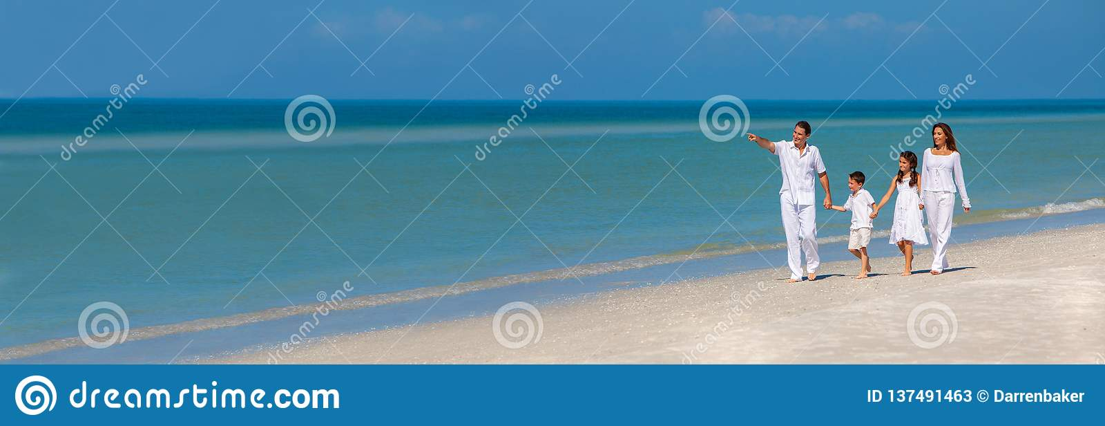Père Children Family Walking de mère sur le panorama de plage