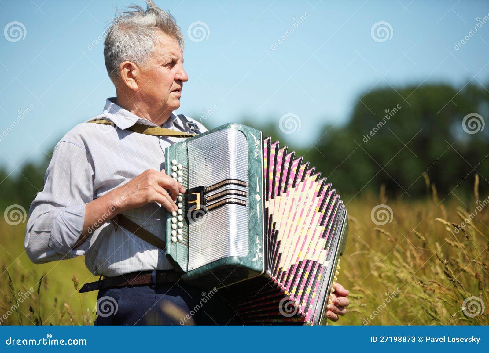 Père dans la pièce de chemise sur l accordéon