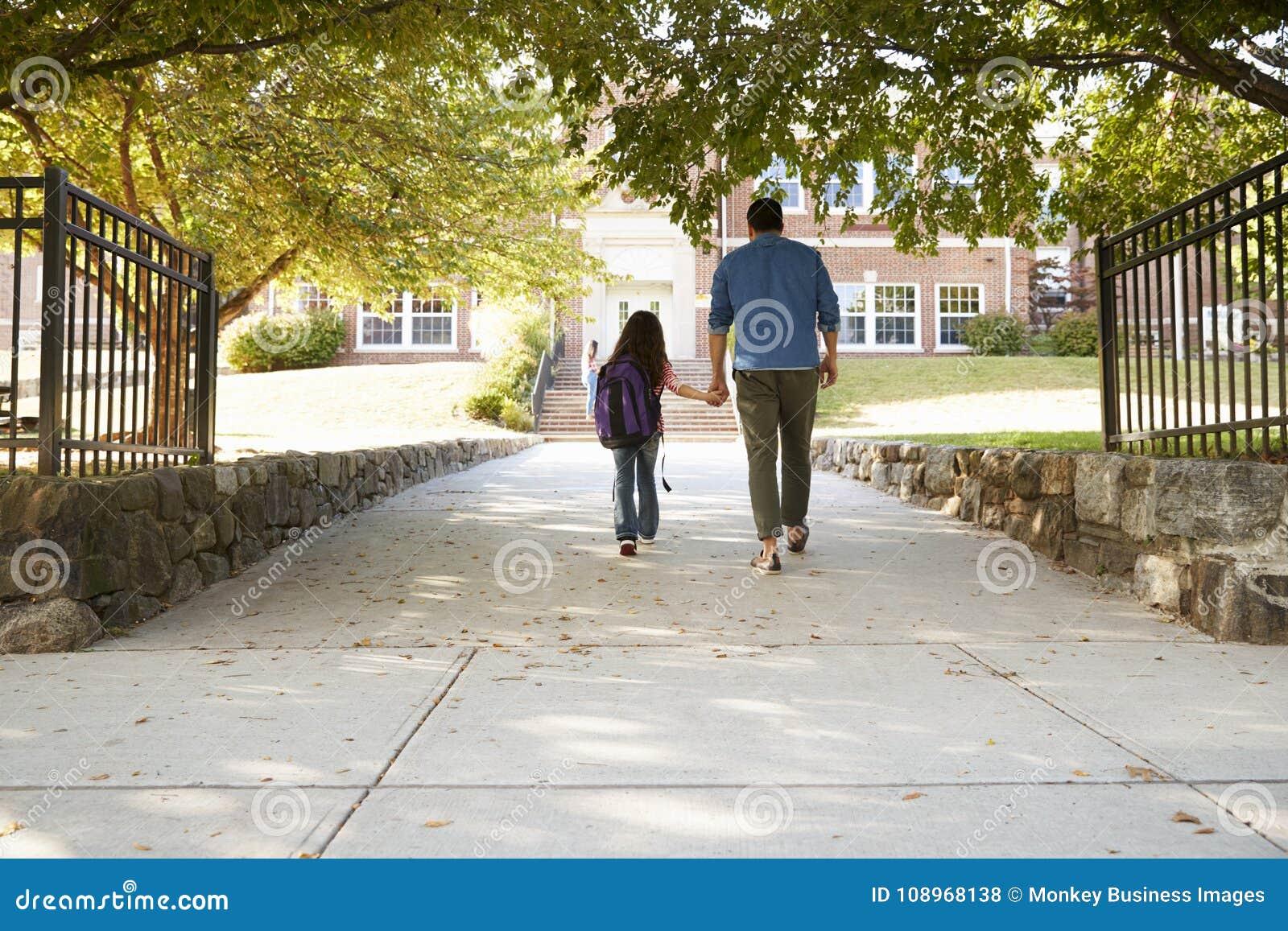 Père Dropping Off Daughter en Front Of School Gates