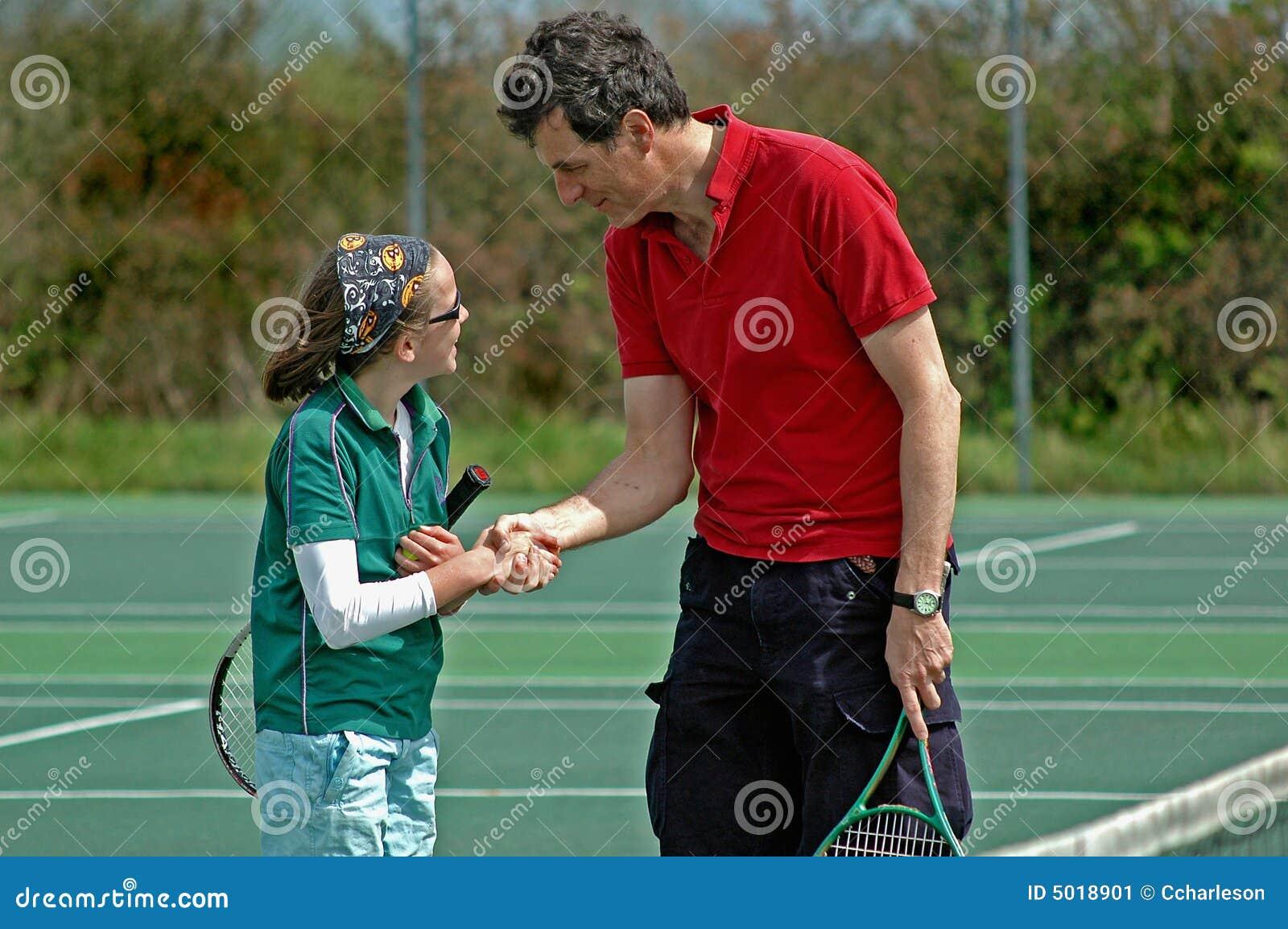 Père et descendant jouant au tennis