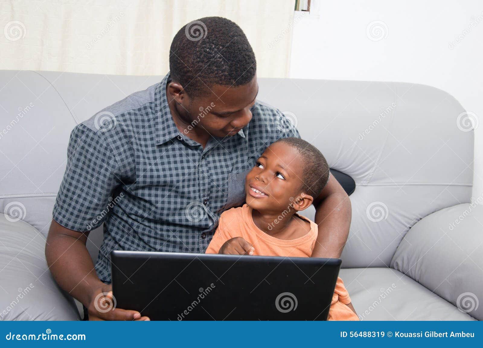 Père et enfant avec un ordinateur portable