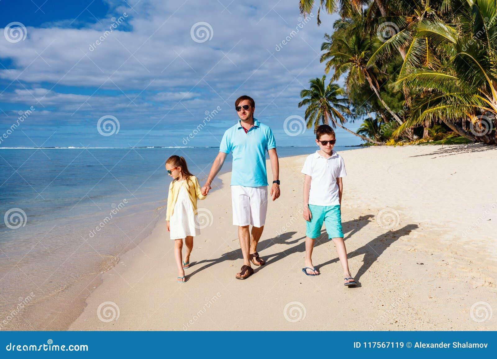 Père et enfants à la piscine