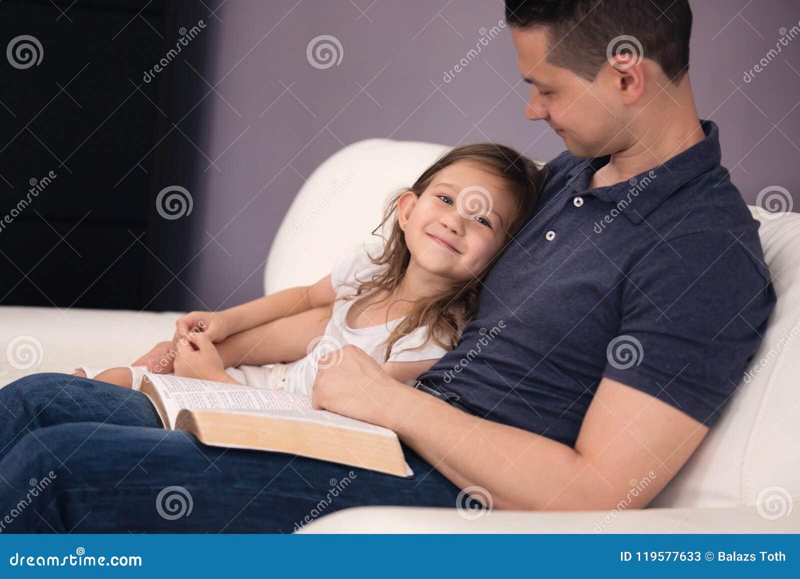 Père et fille lisant la bible