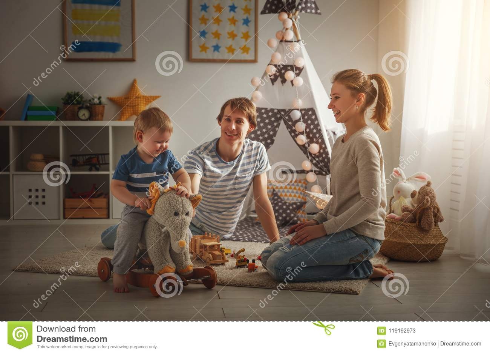 Père et fils de mère de famille jouant ensemble chez le ` s pl des enfants