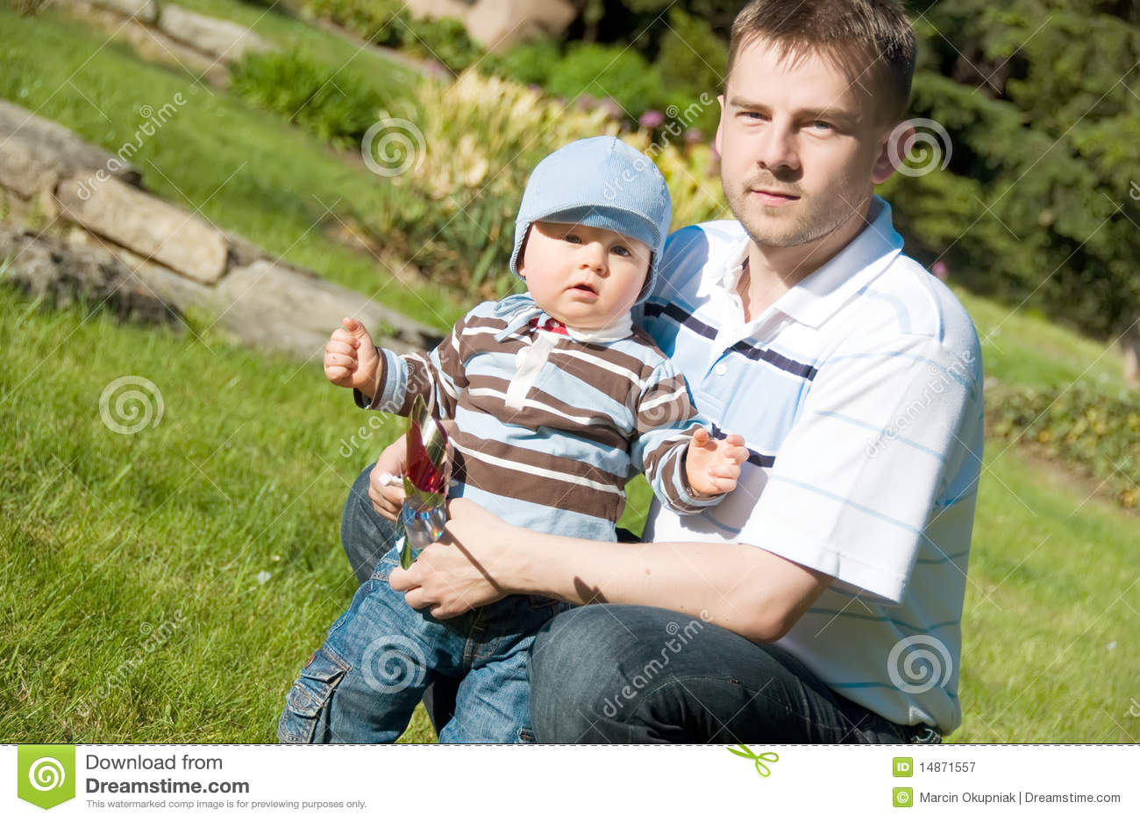 Père et fils en stationnement