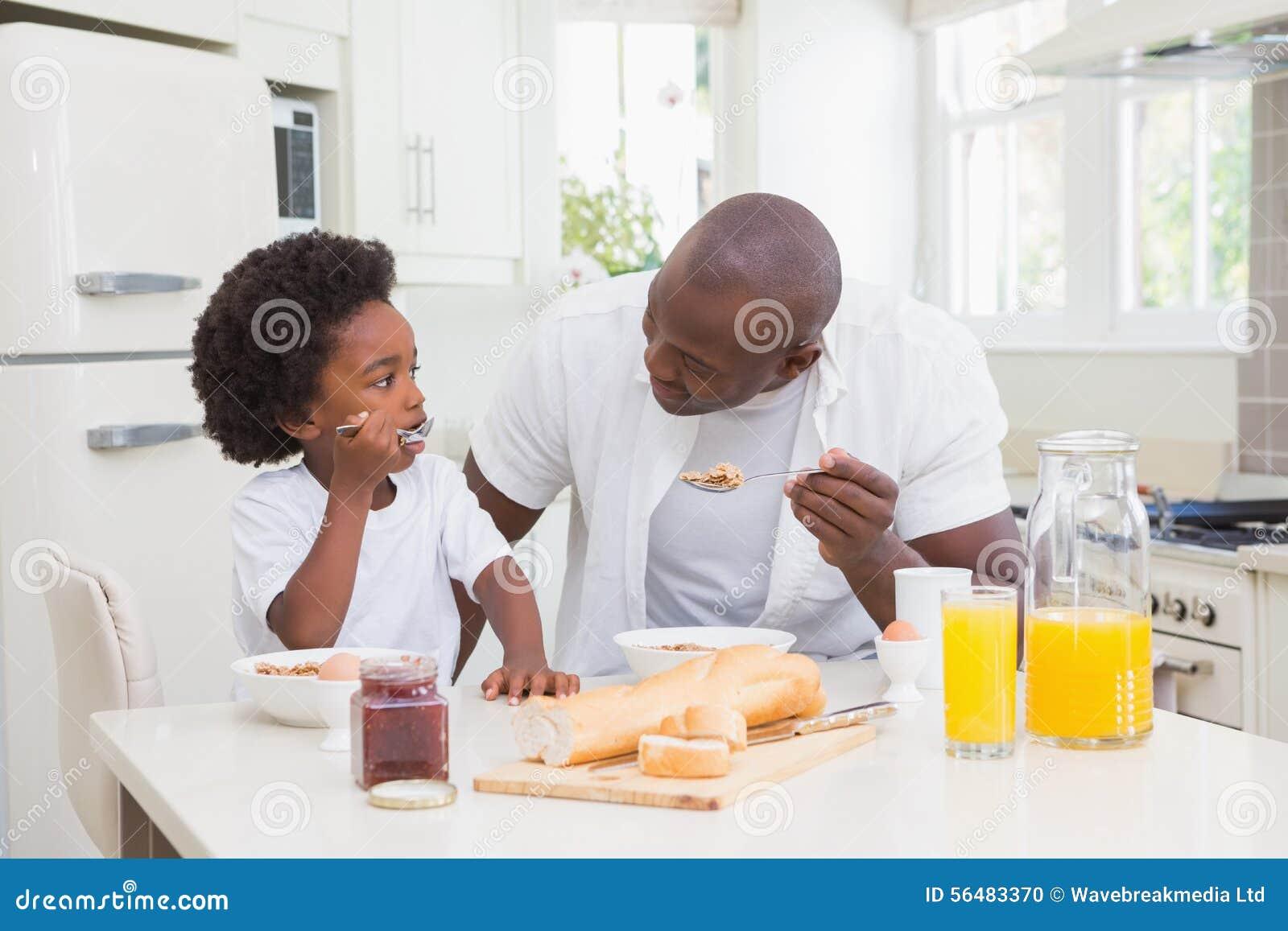 Père et fils mangeant un petit déjeuner