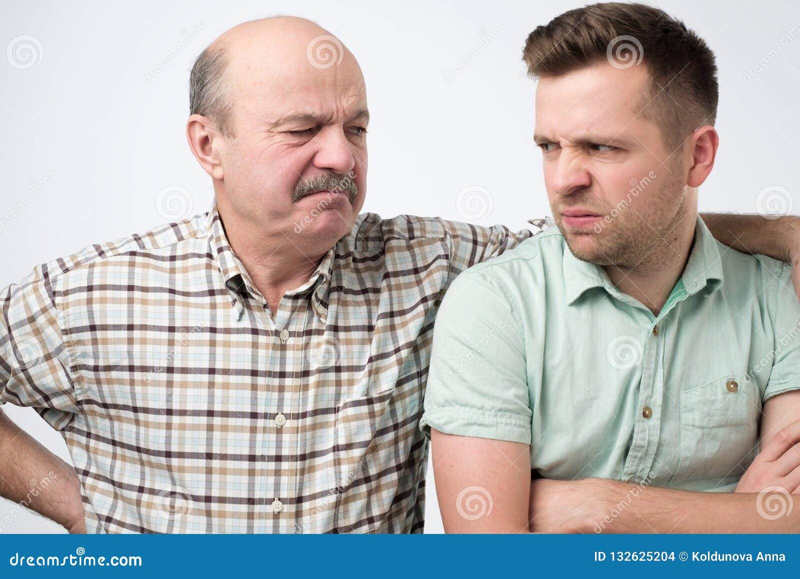 Père fâché et fils ayant un argument