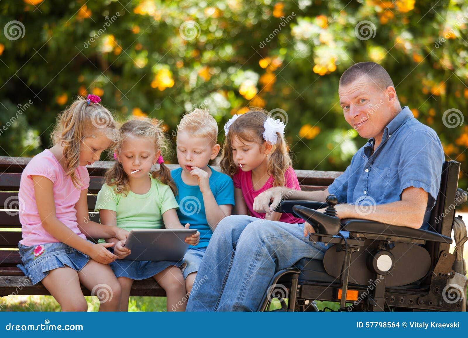Père handicapé avec des enfants