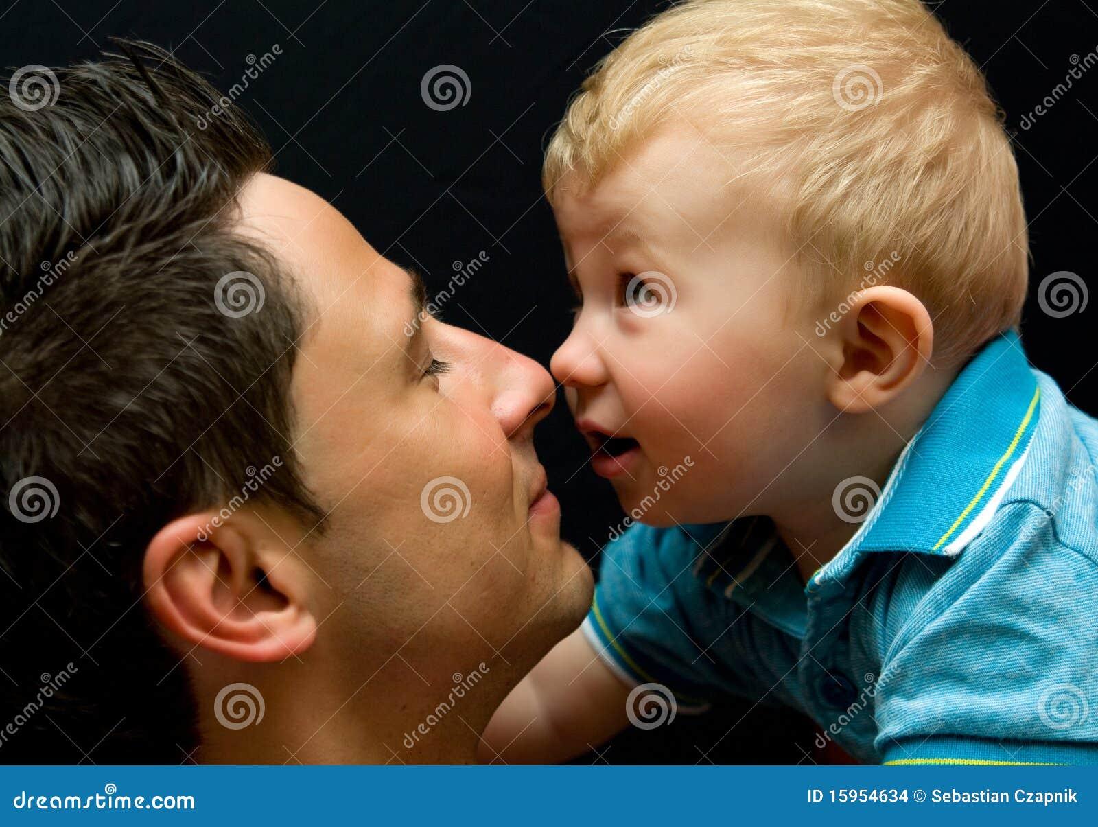 Père heureux avec le bébé