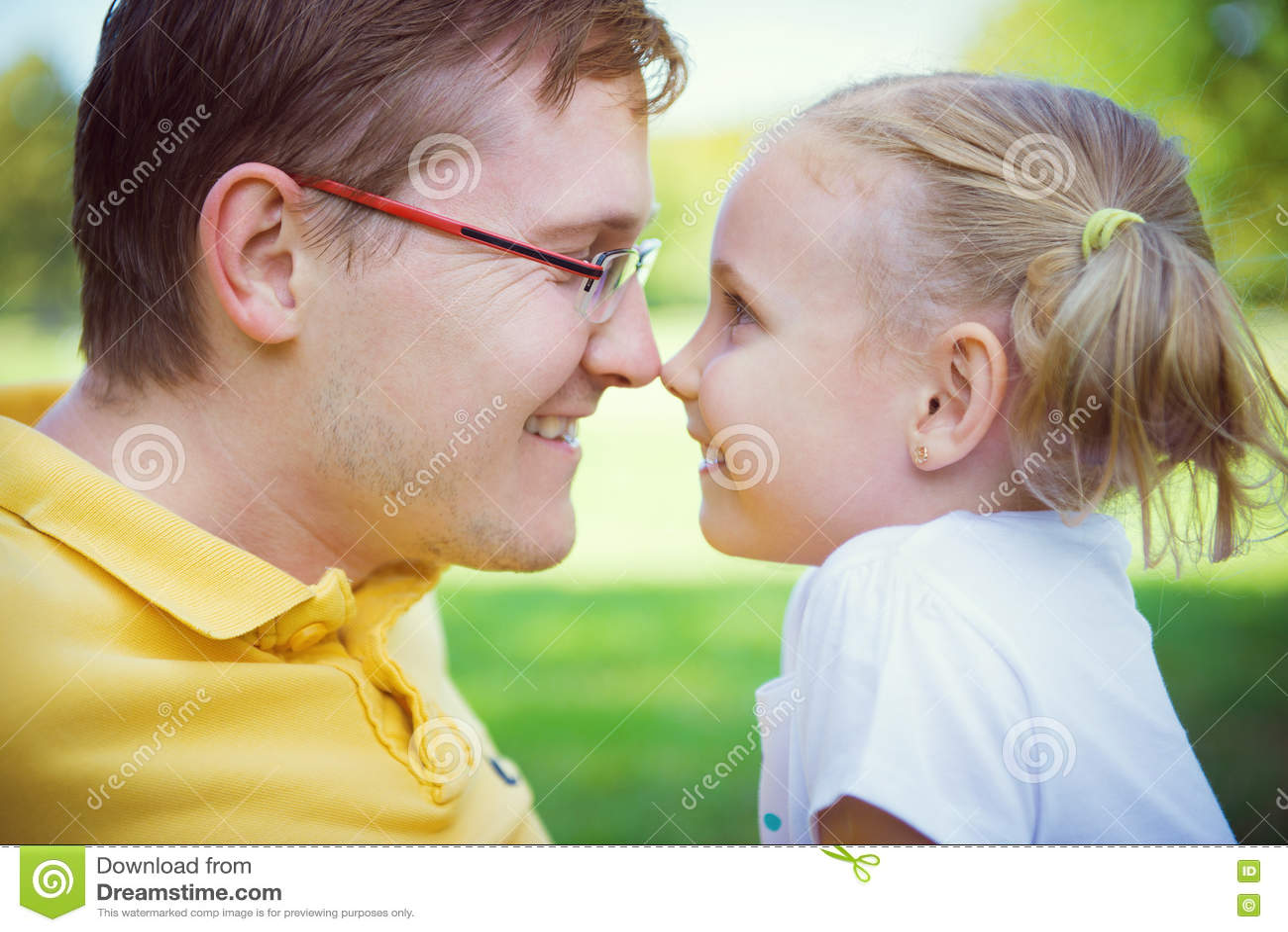 Père heureux et fille mignonne d enfant ayant l amusement pendant le holida d été