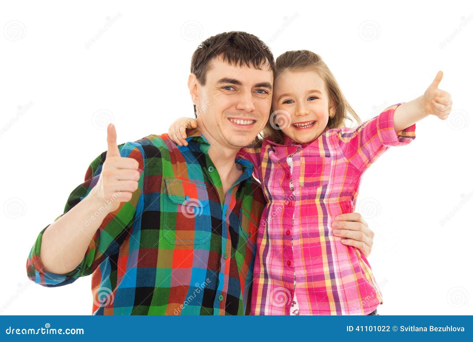 Père joyeux avec la fille montrant des pouces