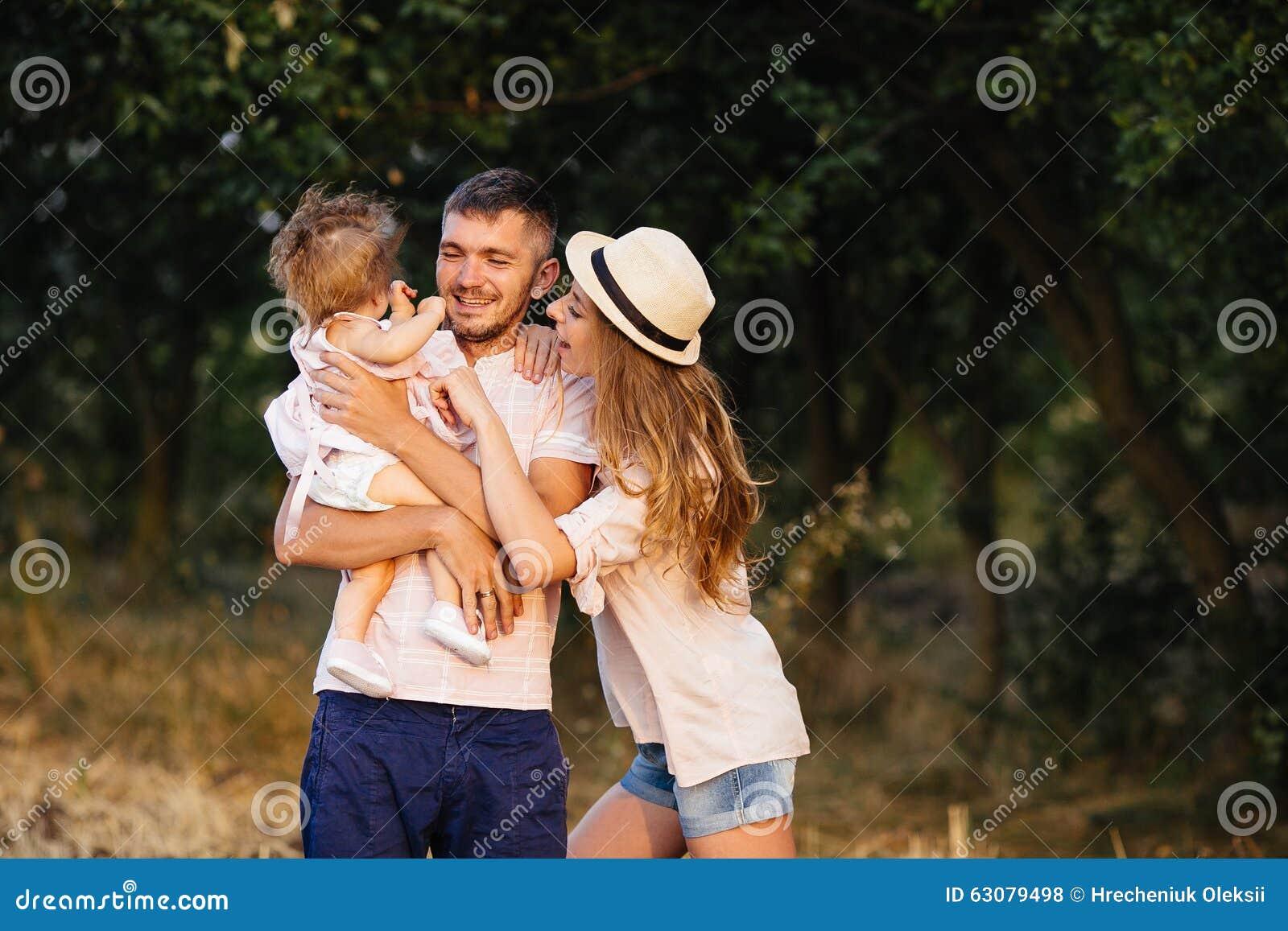 Download Père, Mère Et Fille En Parc Photo stock - Image du lifestyle, liberté: 63079498