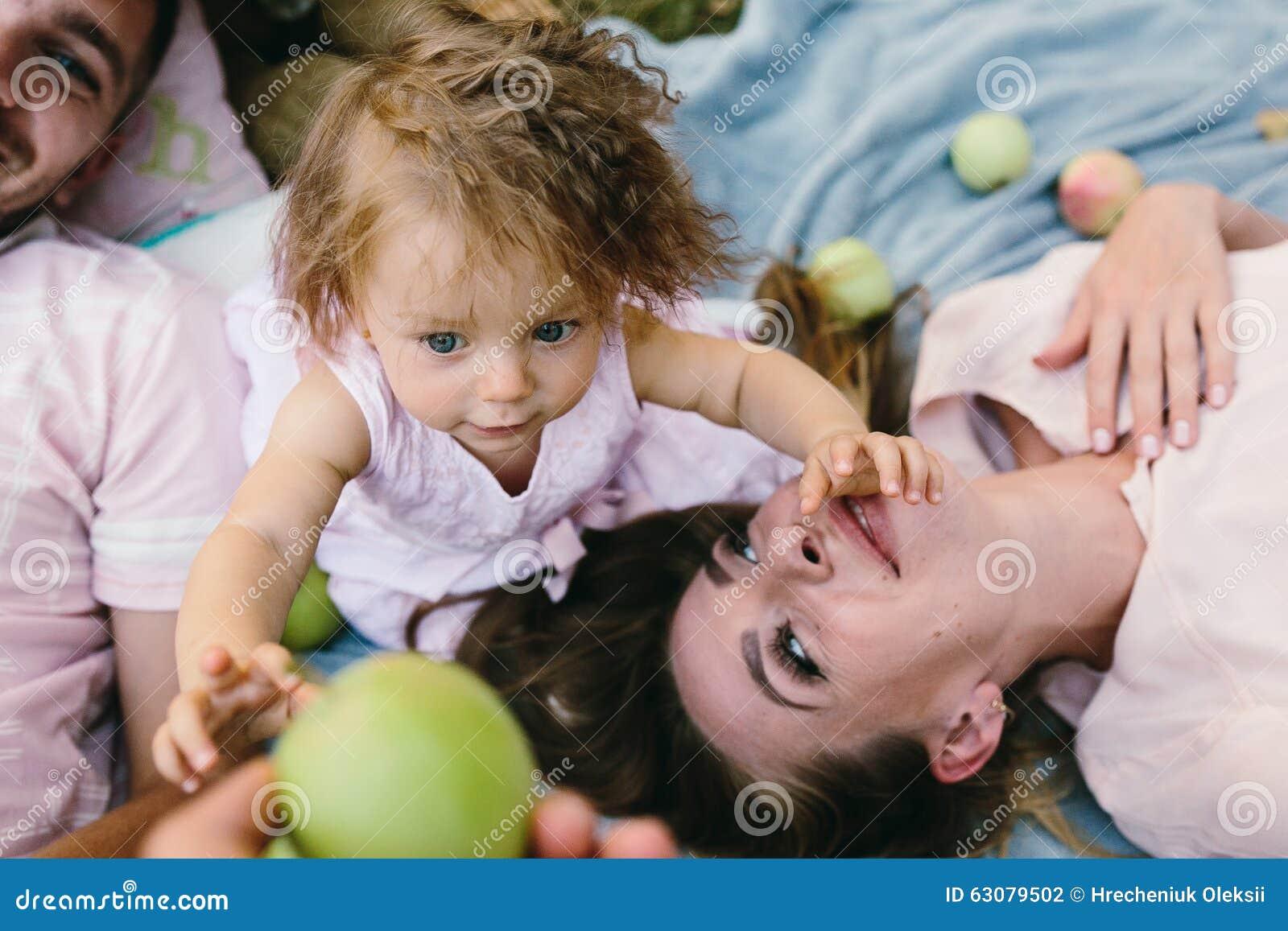 Download Père, Mère Et Fille En Parc Photo stock - Image du humain, mère: 63079502